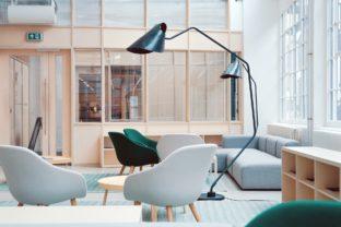 משרד מעוצב עם פינות ישיבה