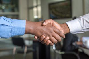 """לחיצת ידיים בין 2 מנכ""""לים עלך הסכם הקמת חברה חדשה - אילוסטרציה"""