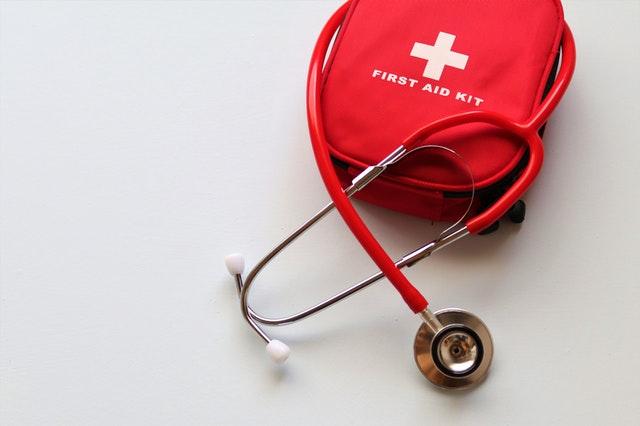 סטטוסקופ ותיק עזרה ראשונה בצבע אדום